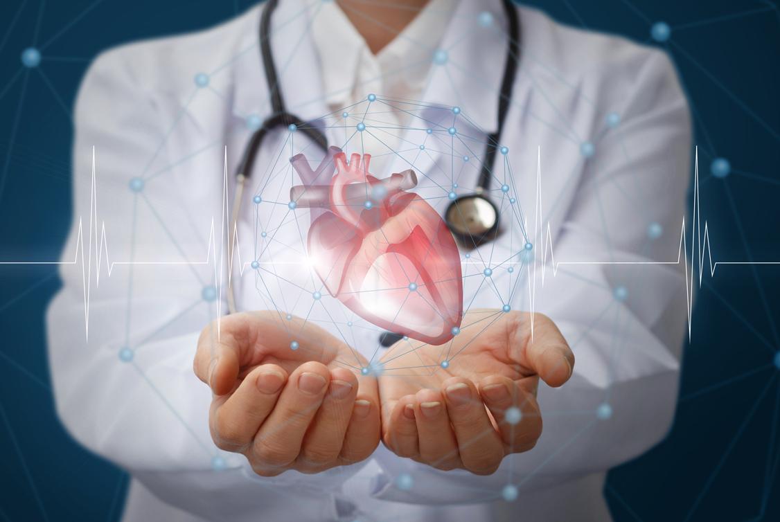 Ein Arzt mit ausgestreckten, geöffneten Händen, auf denen ein animiertes Herz schwebt