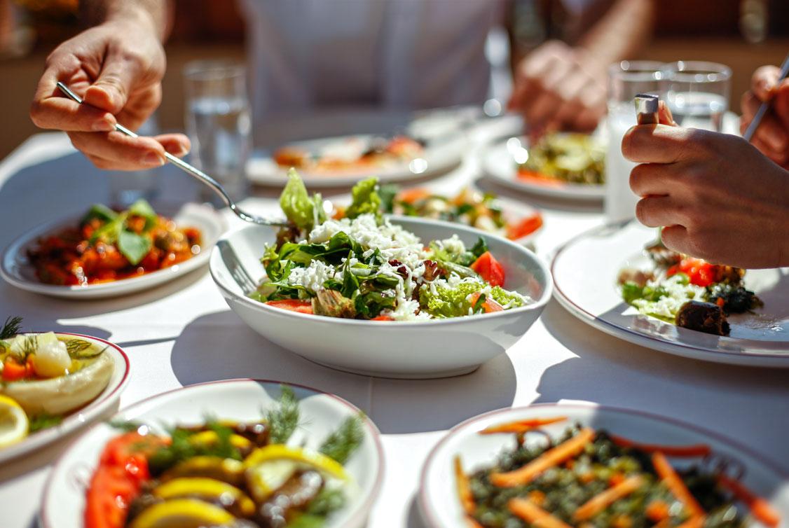 Mehreren gesunde Salaten, Antipasti und Gerichte auf einem Tisch