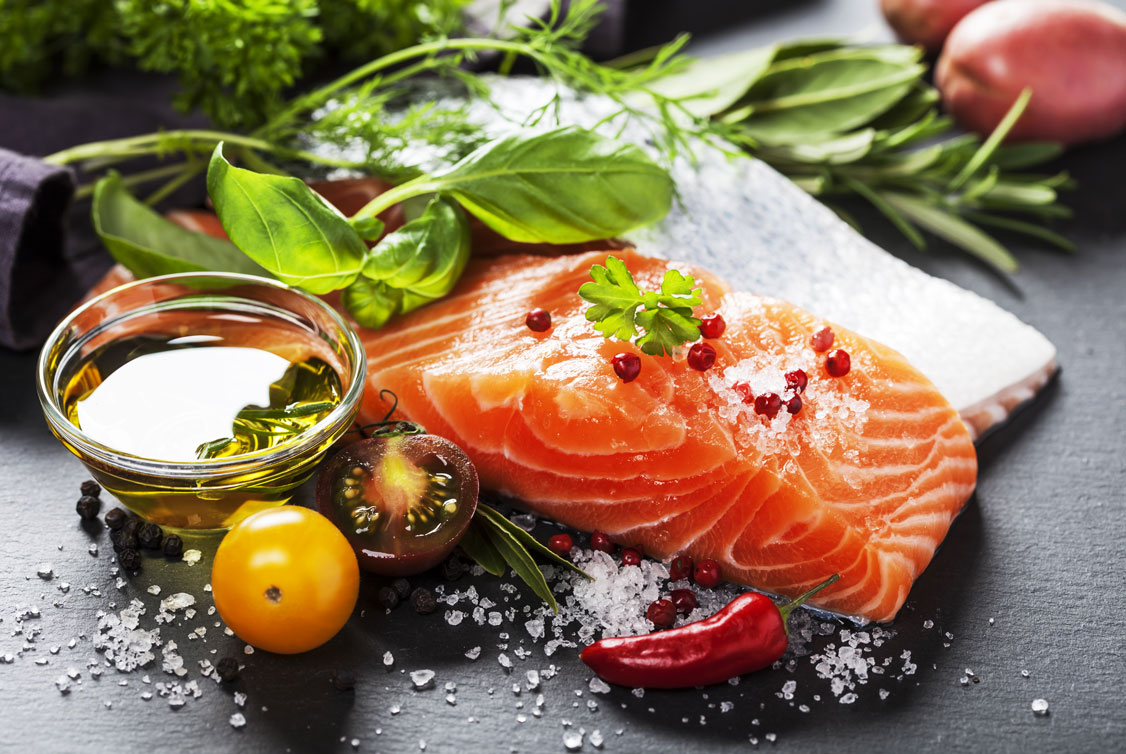 Zubereitung mit gesunden Fetten; Lachs, Olivenöl, Tomaten und Basilikum