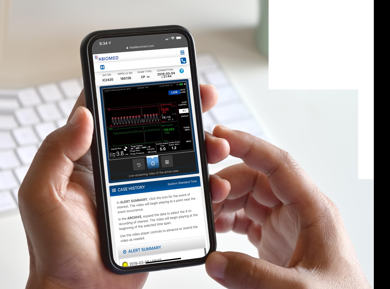 Zwei Hände und Smartphone mit Graphen und Diagrammen von Impella Connect