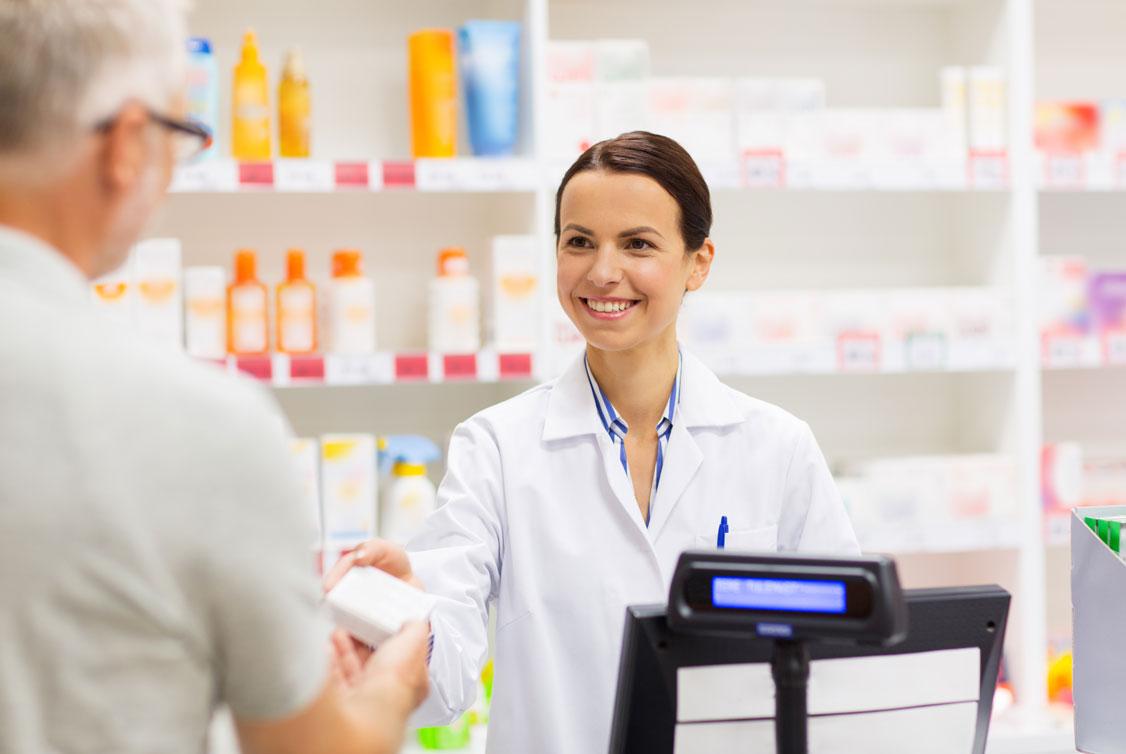 Pharmazeutin übergibt Patienten Medikamente