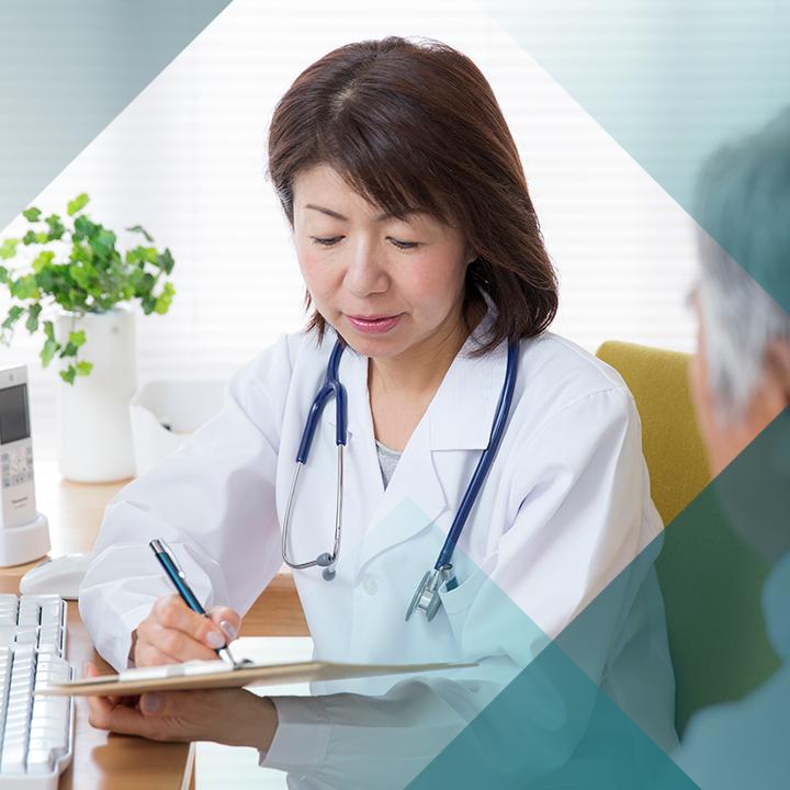 Ärztin mit Patientenakte im Patientengespräch