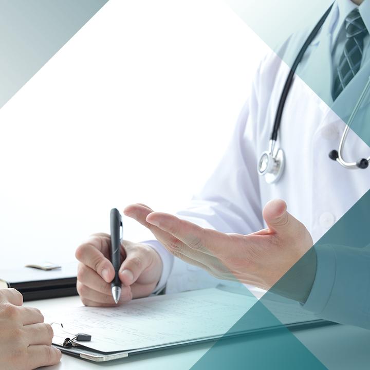 Arzt notiert mögliche Behandlungsmöglichkeiten bei Herzerkrankungen in eine Patientenakte